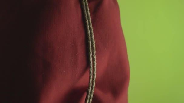 Master-Shibari gebunden den Körper des Mädchens