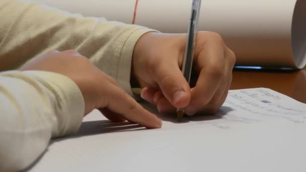 kézzel, balkezes fiú iskola házi feladat írás