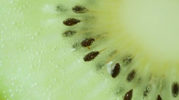 Makro von Kiwi-Früchten in Wasser