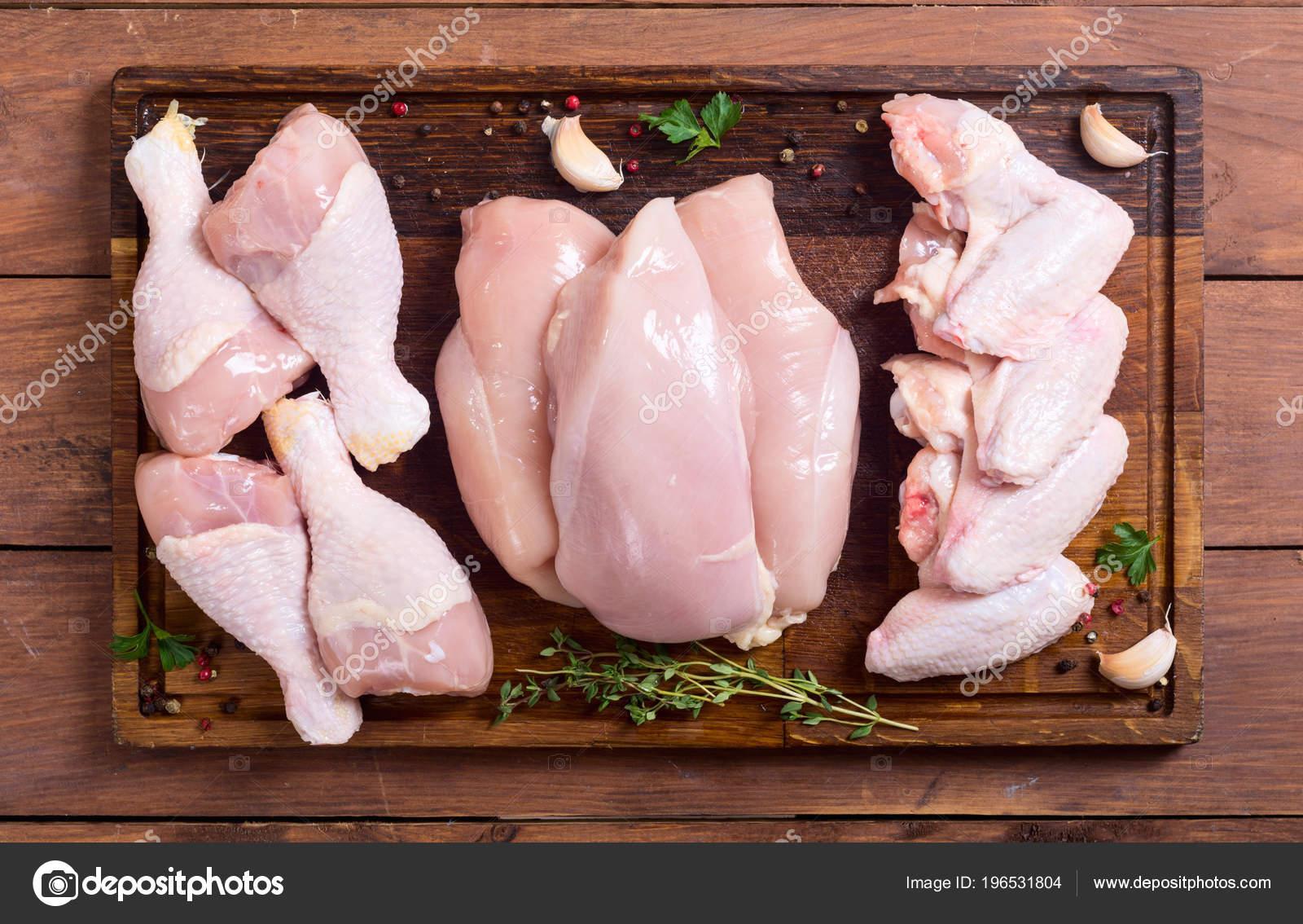 Carne Pollo Crudo Tabla Cortar Piernas Alas Pecho Foto De Stock