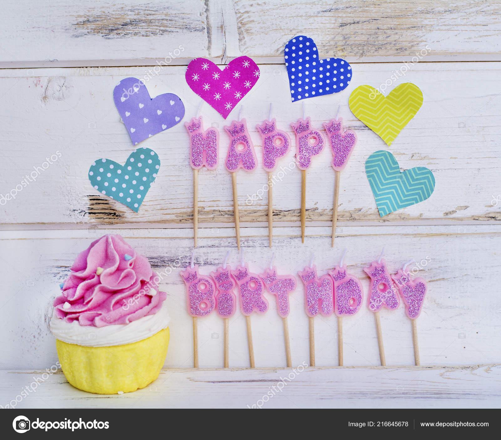 3017de5e6809 Růžové Svíčky Happy Birthday Košíček Barevné Srdce Bílém Pozadí Dřevěná–  stock obrázky