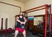 svalnatý mladík v fitness