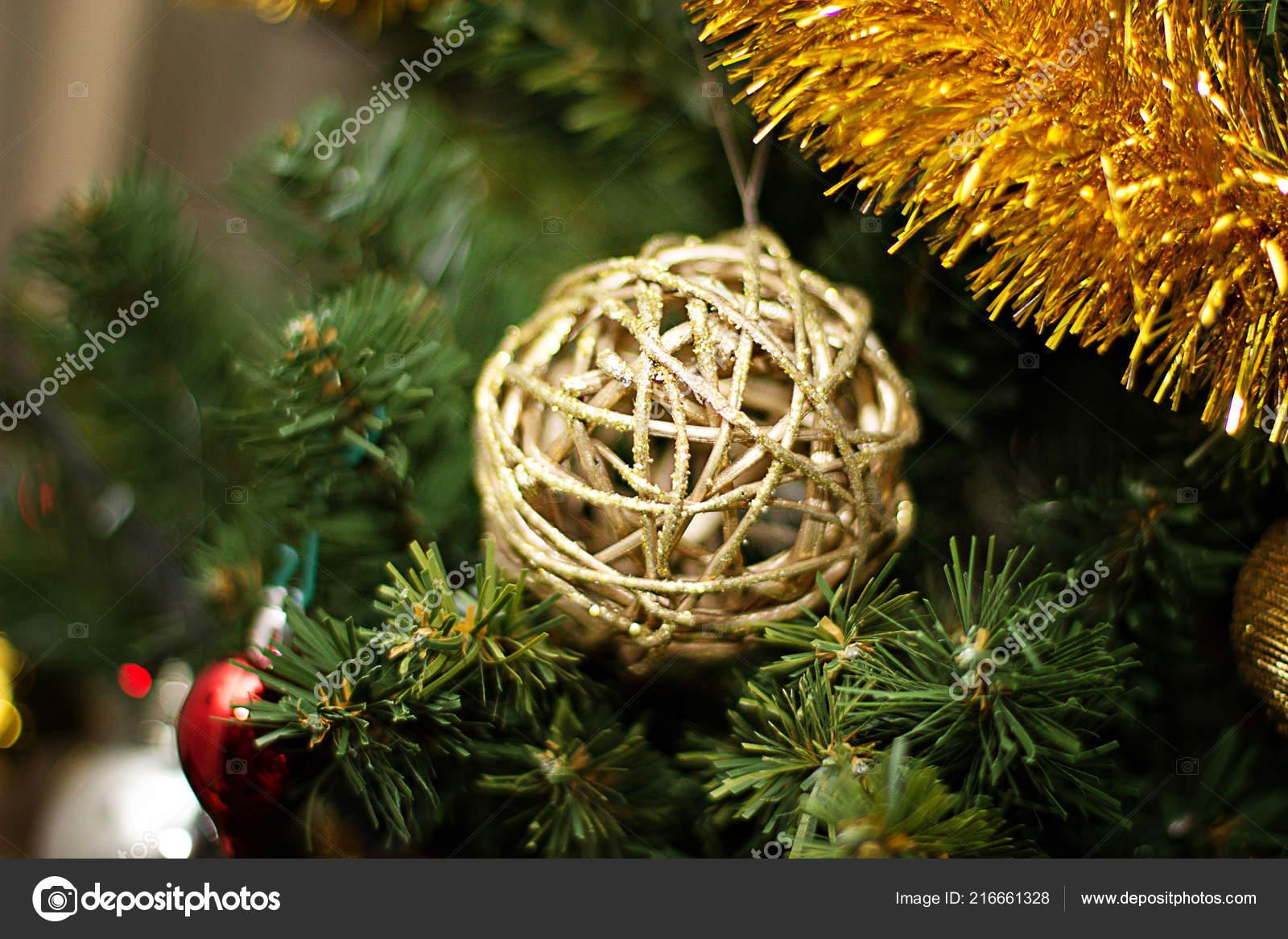 Weihnachtsbaum Rattan.Weihnachten Neujahr Baum Rattan Kugel Gold Mit Einer Geige Auf