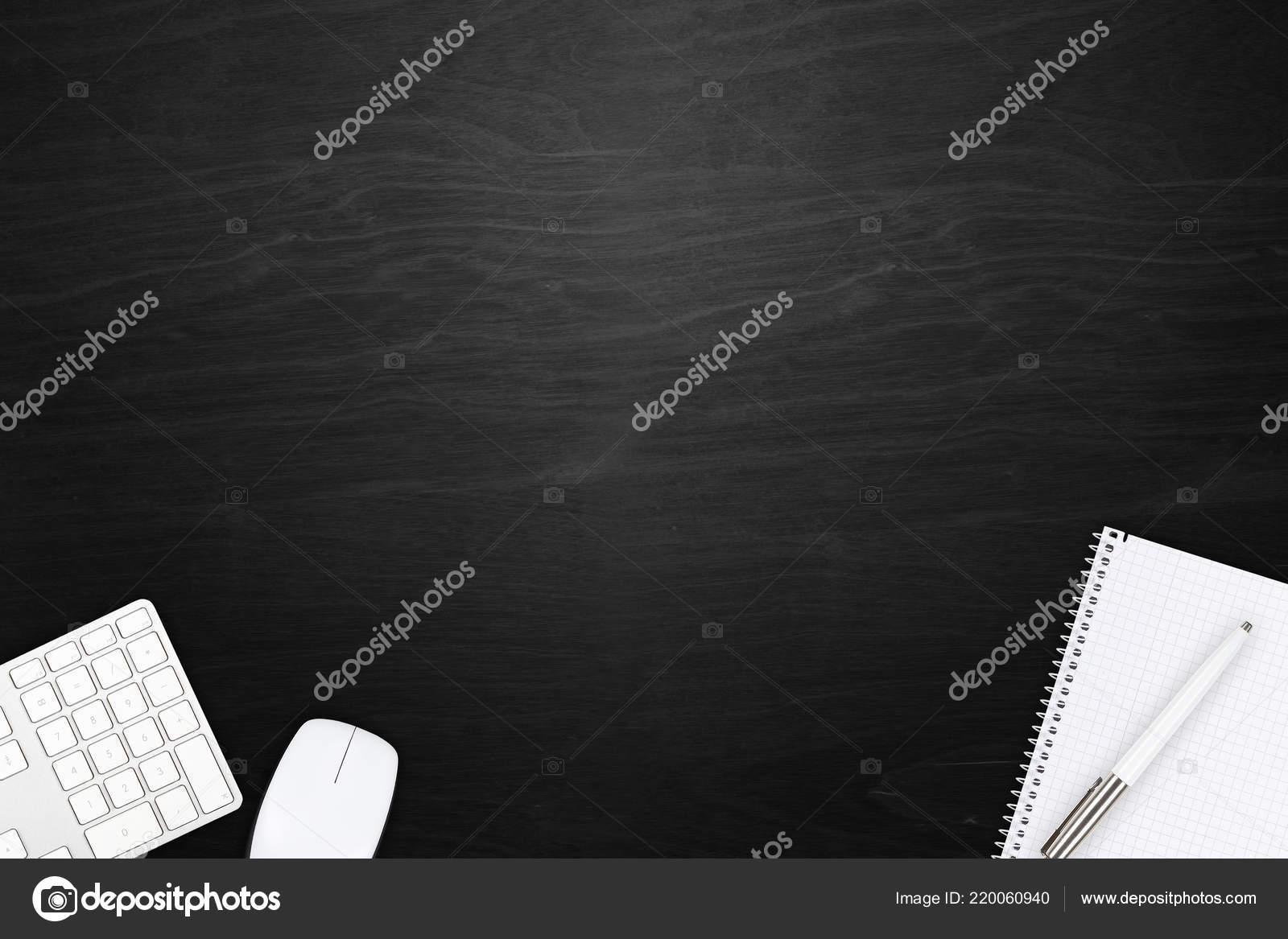 Vue bureau bureau bois noir avec clavier souris bloc notes