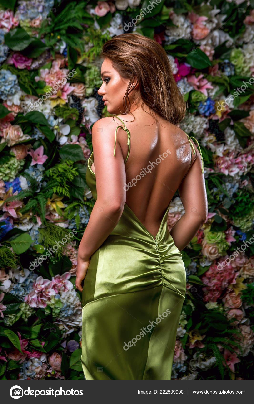 9a609f913c7 Sexy Jeune Femme Magnifique Robe Verte Sur Fond Fleurs Gracieuse– images de  stock libres de droits