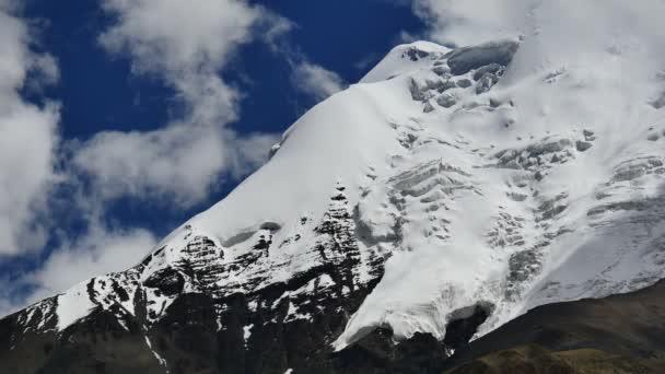 Zasněžené peak a modrá obloha s mraky v Tibetu Himaláje