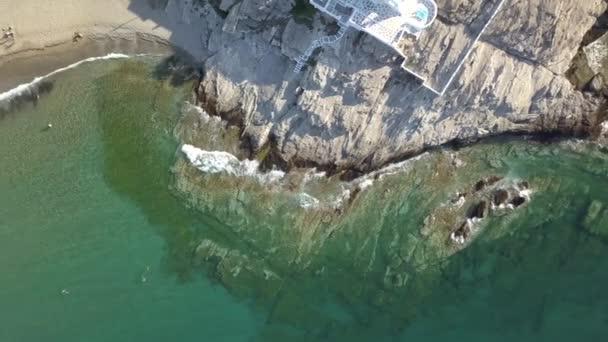 Vzdušné horní pohled na moře modré vlny rozbít na pláži. Mořské vlny a krásný písek pláž letecký pohled drone shot Řecko