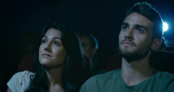 Fiatal pár at a filmszínház társkereső. Lassú követés lövés körülöttük