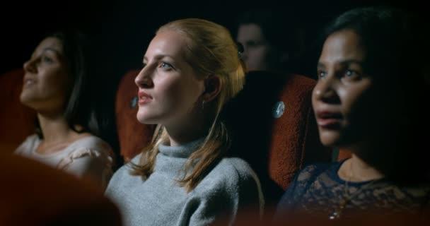 Momento incredibile film provoca una giovane donna e le sue amiche a reagire in soggezione. Slow motion