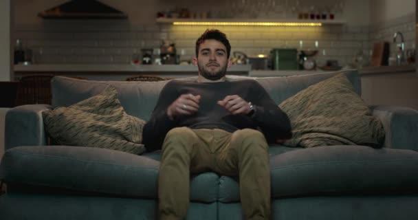 Ember pihentető a kanapéra a nappaliban