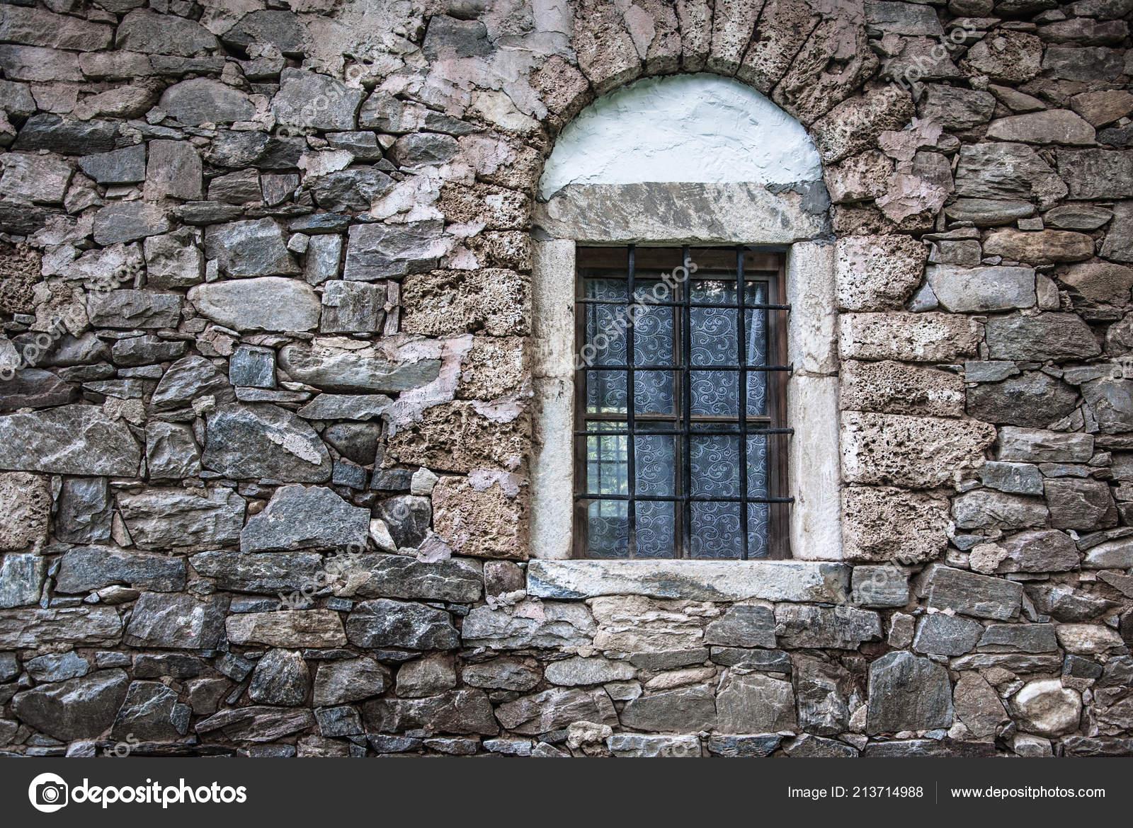 Pared Antigua Casa Piedra Con Ventanas Para Diseño Foto De Stock
