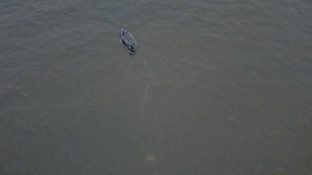 Letecký pohled rybářská loď plachty v moři. Bílá loď plave na otevřeném moři za slunečného dne.