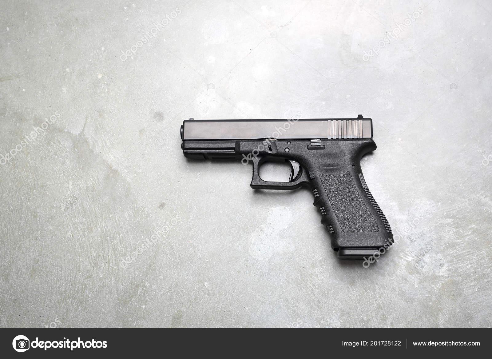 Silah Gri Bir Arka Plan üzerinde Silah Stok Foto Robertprzybysz