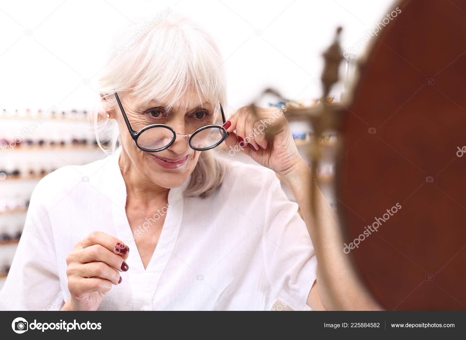 c0ad2a7a02 Γυαλιά Για Μια Γριά Μια Ηλικιωμένη Γυναίκα Ένα Οπτικό Σαλόνι– εικόνα αρχείου