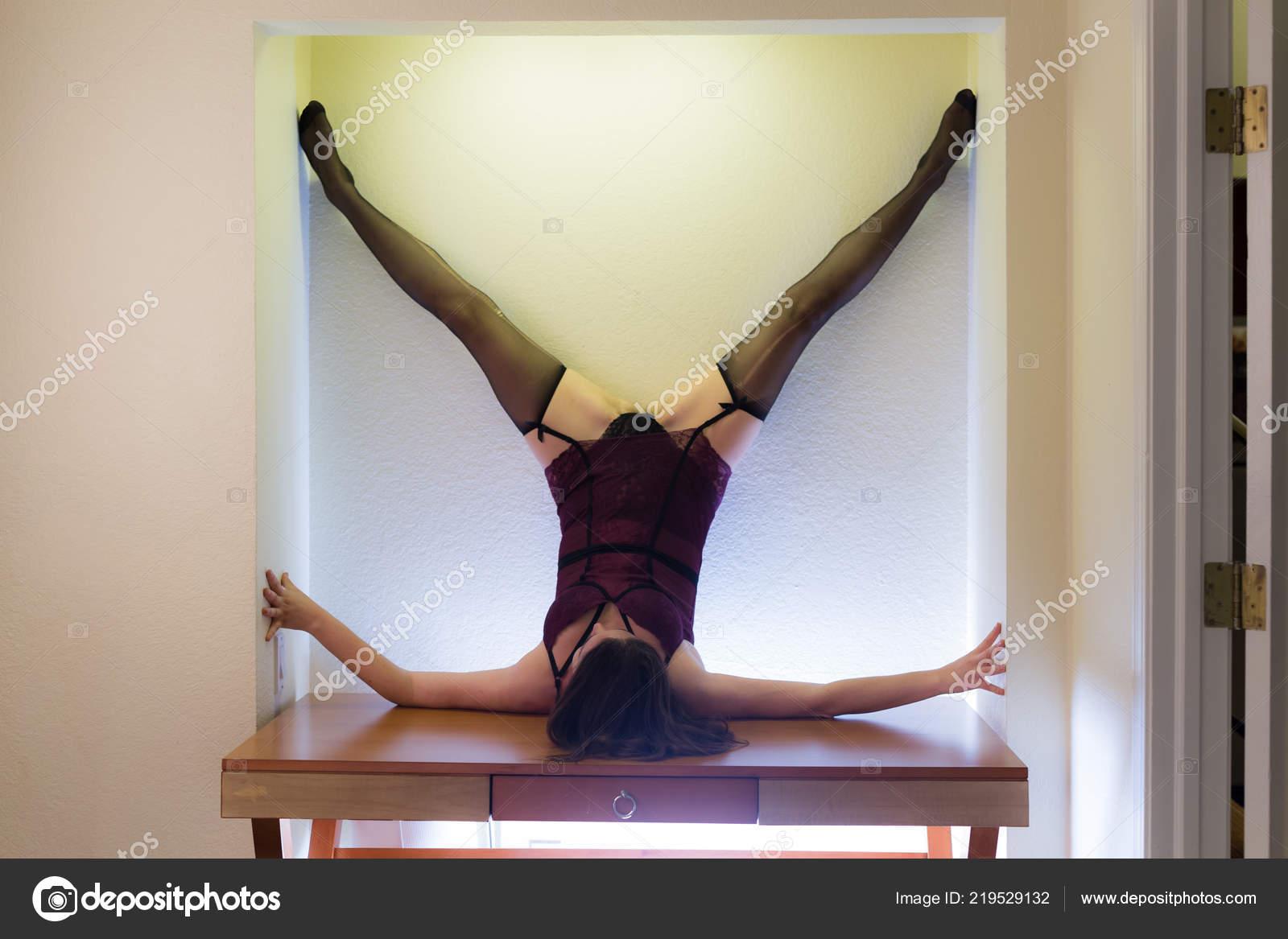 3b5181c24 Meio Envelhecido Caucasiana Mulher Vestida Poses Lingerie Uma Tabela Contra  — Fotografia de Stock