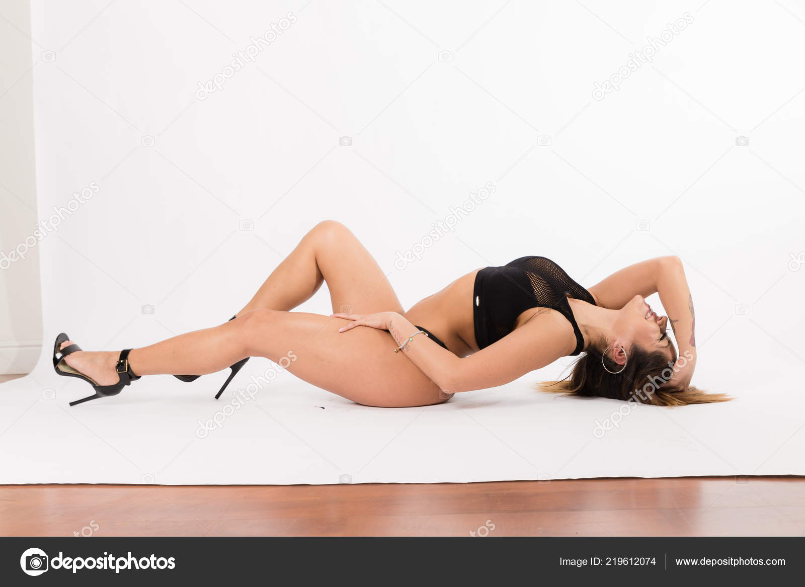 bad791388 Young Fit Hispanic Woman Black Two Piece Black High Heels — Stock Photo