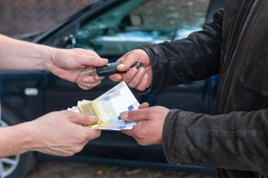 cash and key handover when buying a car on the road