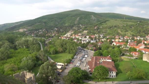 Pohled na městečko Devin v Bratislavě z Devinského hradu s úchvatnou krajinou s výhledem na pozadí