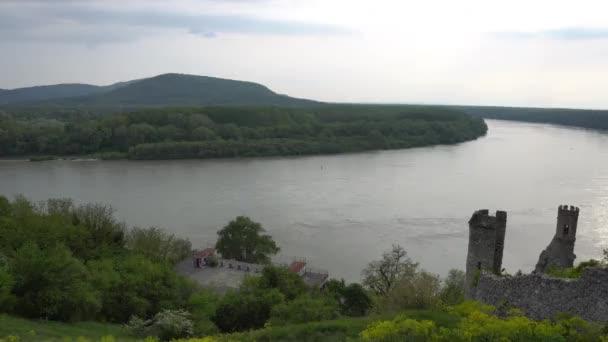 Hrad Devin s vysokým úhlem pohledu s úchvatnou krajinou na Dunaj říční pohled na pozadí