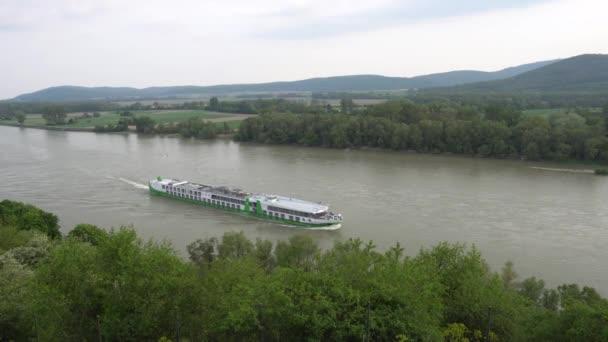 Hrad Devin vysoký úhel pohled na loď přes řeku Dunaj a úchvatný malebný pohled krajiny na pozadí