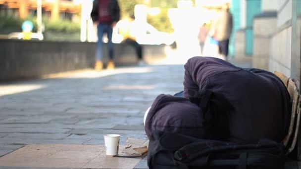 Obdachloser Bettler schläft auf der Straße
