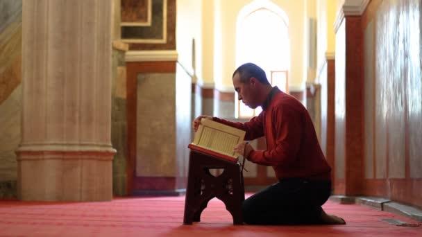 muslimischer Mann beim Lesen des Qran in der Moschee