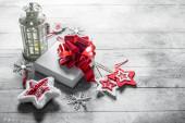 Retro svícen s vánoční výzdobou a bílou dárkovou krabičkou.