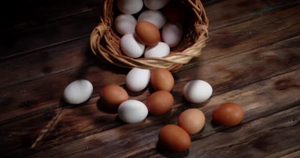 nyers tojás kosárban fából készült asztalon.