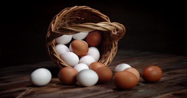 A friss tojás leesett kosara lassan forog..