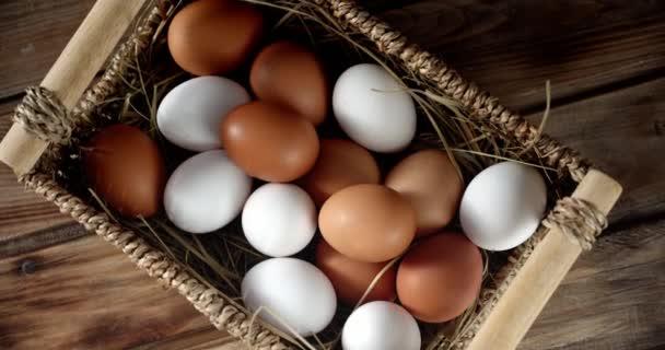 Nyers tojás kosárban az asztalon lassan forog.