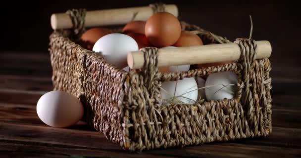 A nyers friss tojás a tálcán lassan forog..