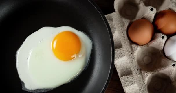 A tojás megfőtt a serpenyőben..