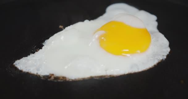 Egy tojást forró gőzben sütve..