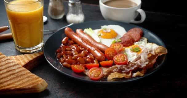 Angol A kolbász, bab és tojás reggelije lassan forog.