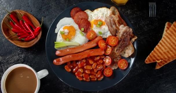 Anglická snídaně z fazolí a klobás se pomalu otáčí.