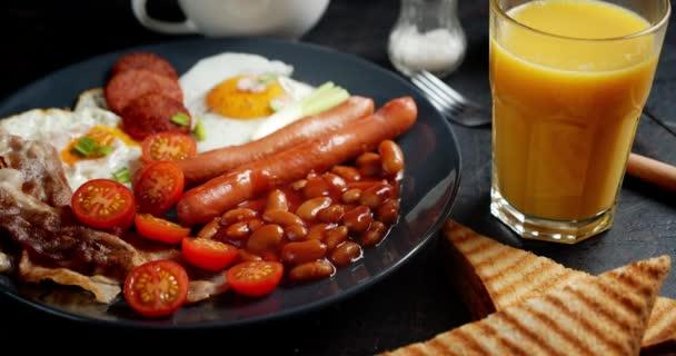 Angol Szalonna, tojás és bab reggeli kenyérrel.