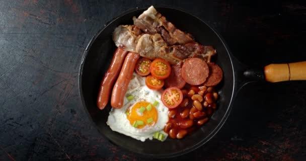 Tradiční anglická snídaně v pánvi se pomalu otáčí.