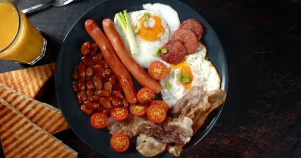 Plate with English A reggeli lassan forog.