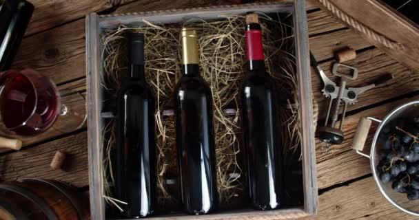 Holztablett mit Weinflaschen dreht sich langsam.