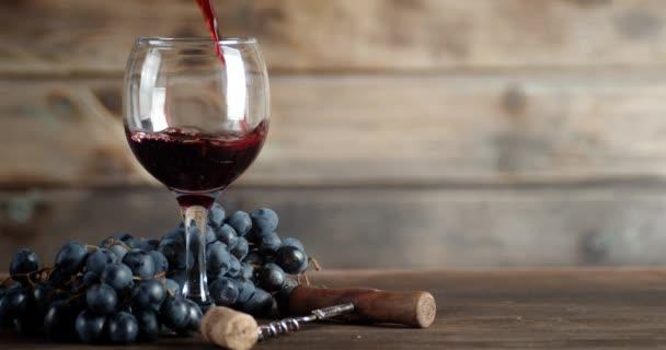 Roter Traubenwein im Glas.