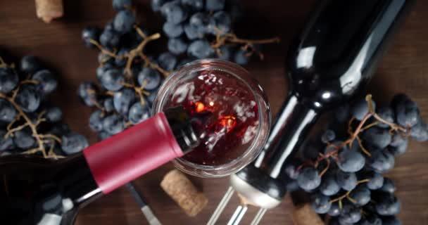 Üveg az asztalon töltött vörösbor palackból.