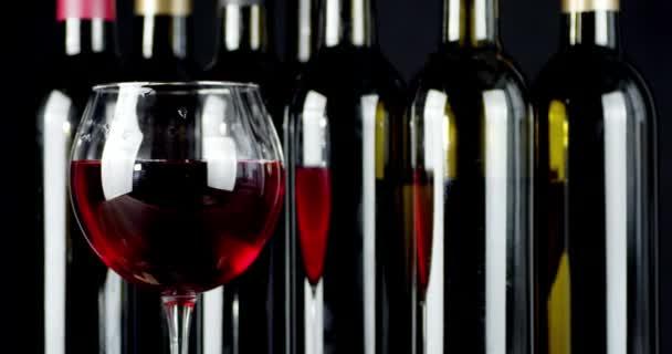 A bor a pohárban és az üvegben lassan forog..