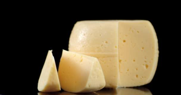 Kousky sýra na stole se pomalu otáčejí.