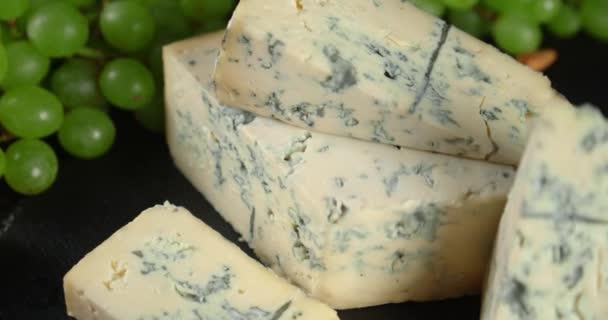 Kousky sýra s hrozny.