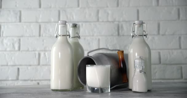 Mléko v různých lahvích na stole se pomalu otáčí.