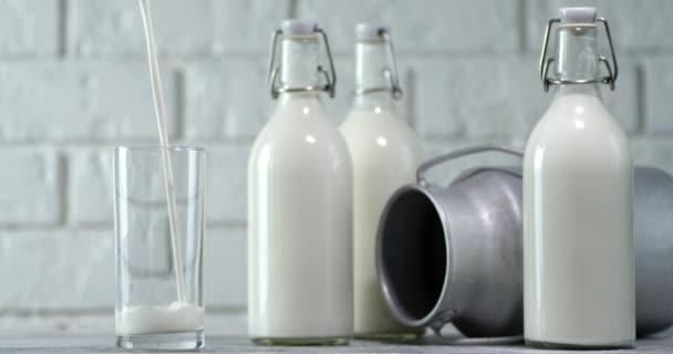 Ve sklenici plné nalévání mléka.