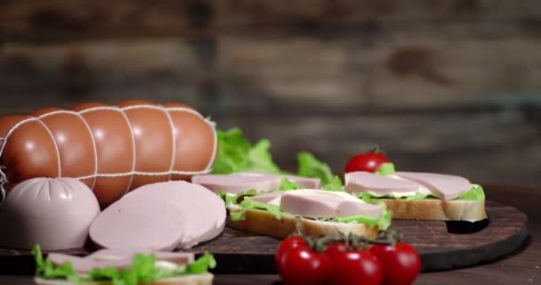 Sandwiches mit Kochwurst auf dem Tisch drehen sich langsam.
