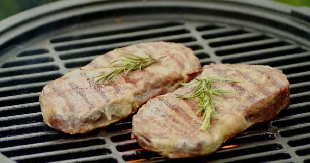 Striptýzové steaky s rozmarýnem na grilu.