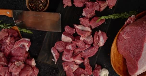 Das in Stücke geschnittene rohe Rindfleisch rotiert.