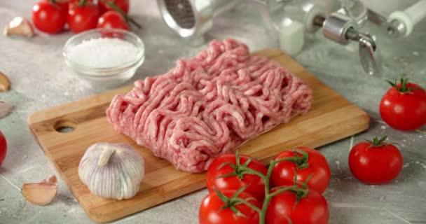 Syrové mleté maso s rajčaty a kořením se pomalu otáčí.